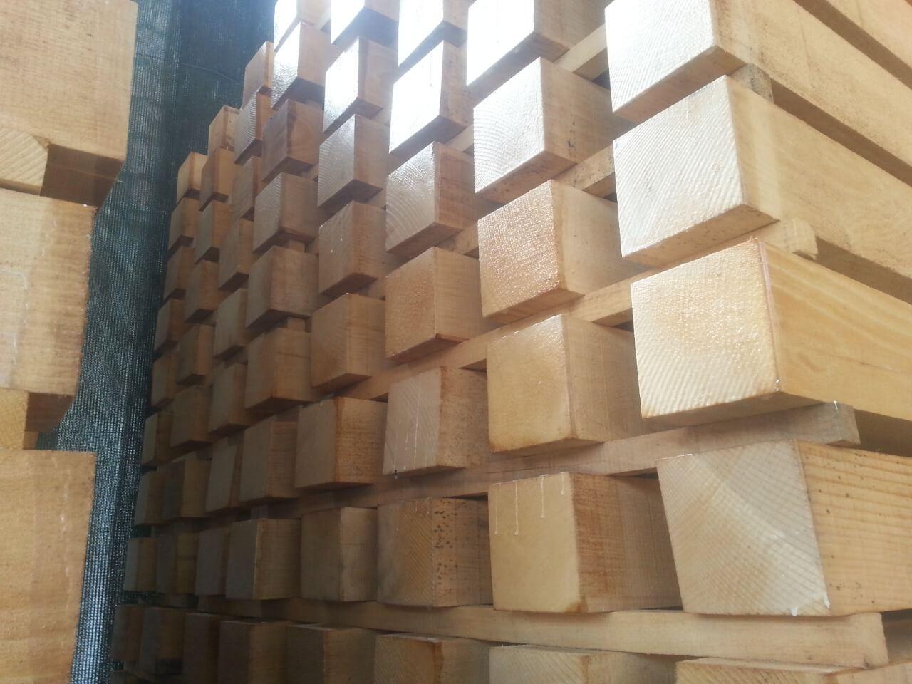 אלמנטים מרובעים מעץ בוק