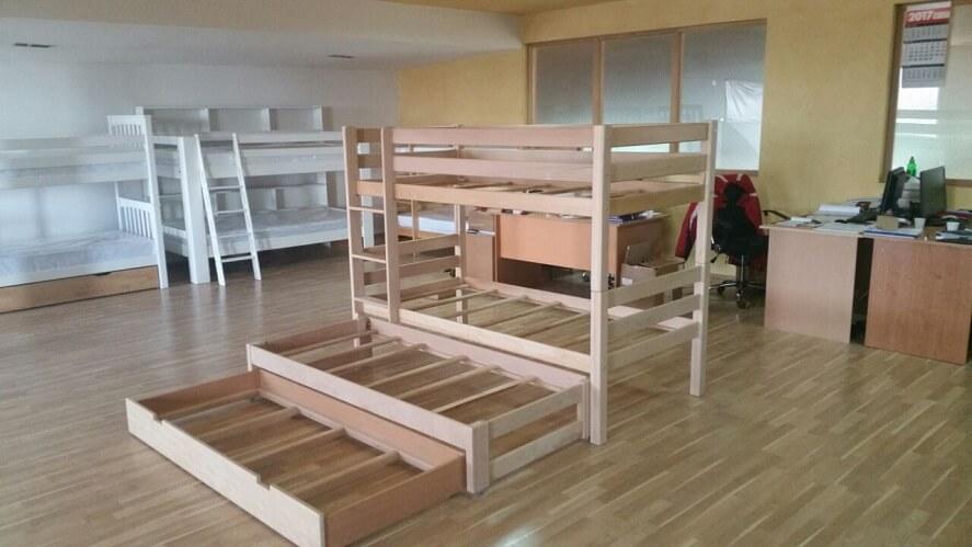 מיטות קומותיים מעץ עם מיטת חבר וארגז מצעים