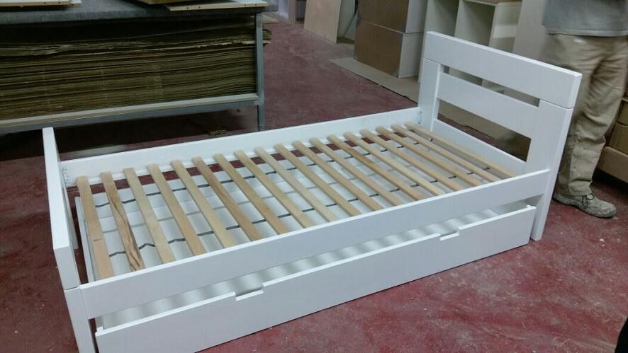 מיטת יחיד מעץ עם מגירה בצבע לבן