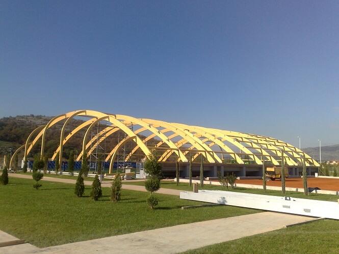 קורות עץ אורן מעל אצטדיון