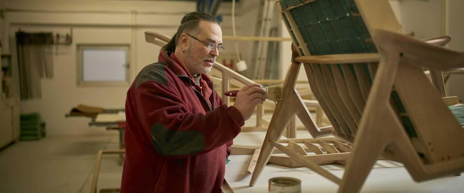 כסא אגוז עשוי בעבודת יד