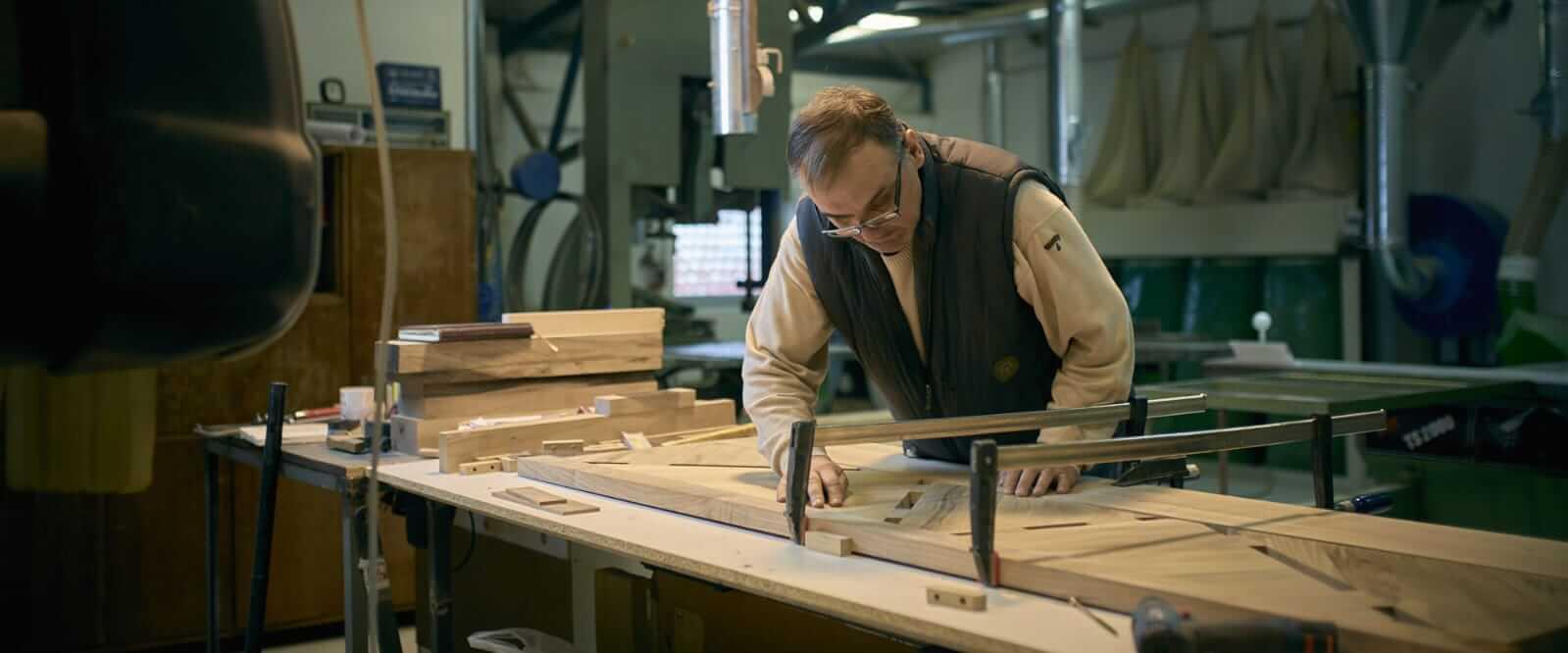 מיטה מעץ אגוז בעבודת יד